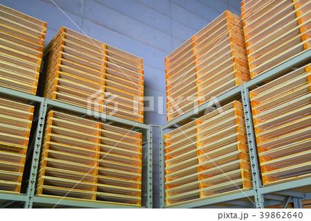 重量ラックに保管された木製パレット 39862640