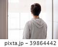 部屋のドアを開ける男性 自然光 39864442