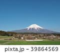 富士山と牧場 3月(静岡県富士宮市) 39864569