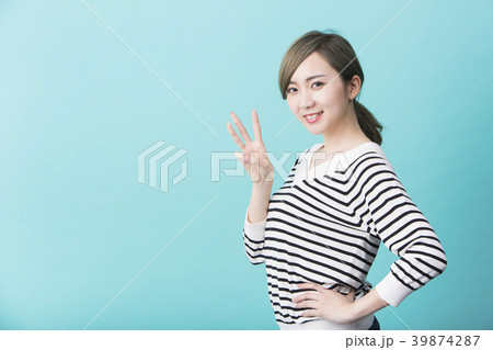 指を三本立てる若い女性 39874287