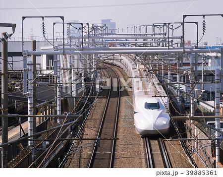 JR 笠寺駅付近を通過するN700系 新幹線と名古屋駅中心部ビル群 39885361