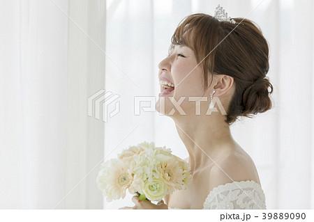 ウェディング 花嫁 笑顔 39889090