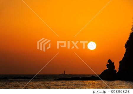 式見海岸トンビ岩(ゴジラ岩)の夕陽 ながさきサンセットロード 【長崎県長崎市式見町】 39896328