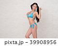 ビキニを着ている女性が、白い背景の前でいろいろなポーズや表情をしています。 39908956