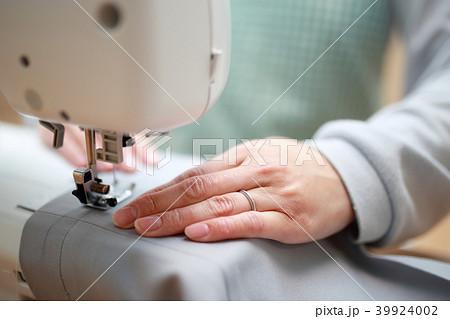ミシン (家事 主婦 ハンドメイド ママ 母親 裁縫 趣味 顔なし ボディパーツ ライフスタイル) 39924002