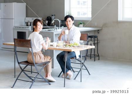 若い夫婦(朝ごはん) 39925013
