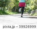 ジョギングをする日本人女性の後ろ姿 39926999