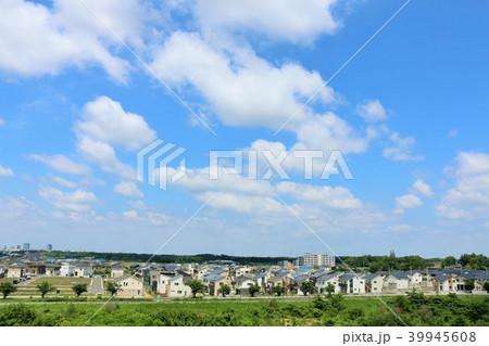 爽やかな青空と街並み風景 39945608