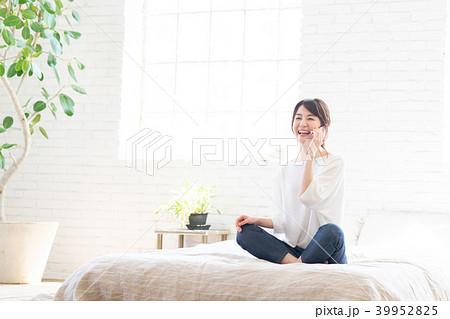 若い女性(スマホ) 39952825
