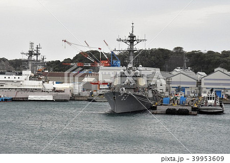 米海軍横須賀基地に停泊中のイージス駆逐艦(左側後方に見えるのは空母ロナルド・レーガンの艦橋) 39953609