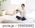 女性 ベッド 座るの写真 39956892
