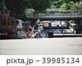 ロードバイクををして横断歩道を渡る男性 39985134