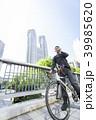 自転車通勤するビジネスマン 39985620