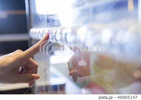 自動販売機のボタンを押す女性手元 40005147