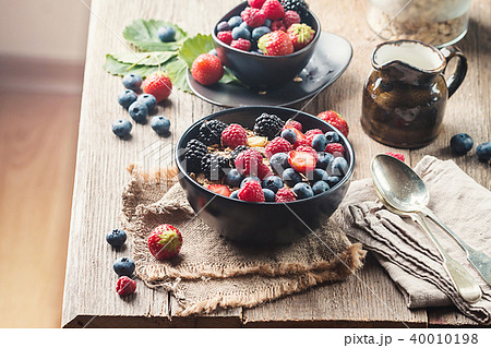 homemade oatmeal with berries 40010198