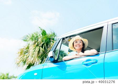 若い女性 自動車 40031276