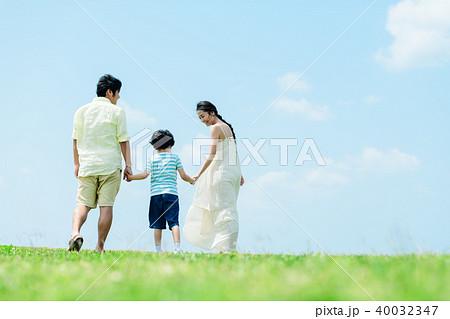 若い親子 家族イメージ 40032347