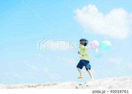 風船と子供 40038761