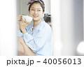 女性 カフェ くつろぐの写真 40056013
