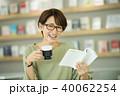 カフェ 読書 女性の写真 40062254