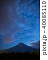 富士山と登山客の作る光の川 40085110