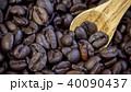 コーヒー豆とスプーン 40090437
