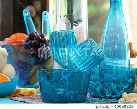 青いゴブレットと硝子瓶 40099229