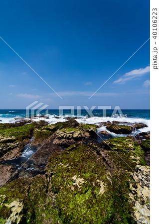 隆起性サンゴ礁の島で、サンゴを起源とする石灰岩で出来ている海岸線 40106223