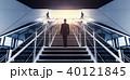 階段をのぼる男性 40121845