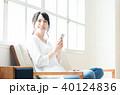 スマホ 女性 座るの写真 40124836