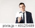 ジグソーパズルを持つ男性 40125489