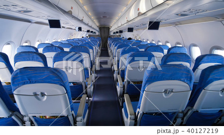 empty aircraft cabin during flight blue salon の写真素材 40127219