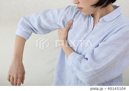 腕の付け根が痛い 40143104
