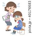 体調不良の学生と心配する先生 40176683