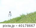 野原を歩く女性 40178667