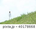 野原を歩く女性 40178668
