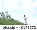 野原を歩く女性 40178672