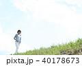 野原を歩く女性 40178673