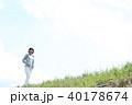野原を歩く女性 40178674