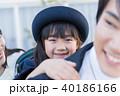 女の子、親子、幼稚園児、おんぶ 40186166