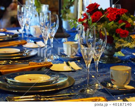 食卓花が添えられたテーブル 40187140