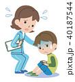 体調不良の子どもと心配する先生 40187544