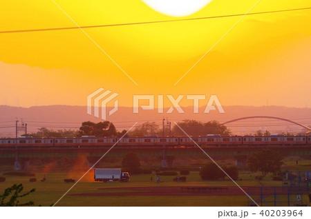 夕暮の多摩川橋梁を通過する電車 40203964