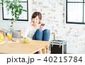若い女性(朝食-スマホ) 40215784