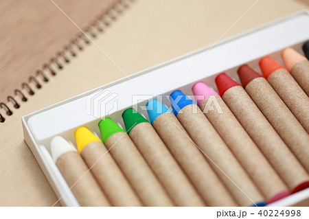 クレヨン (12色 スケチブック カラー 子育て 育児 趣味 芸術 知育 美術 コピースペース) 40224998