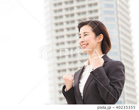 ビジネスイメージ ガッツポーズをするビジネスウーマン 40235355
