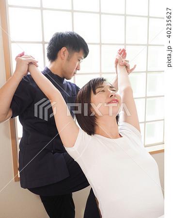 背骨を伸ばすマッサージ師 (撮影協力 わぼく) 40235627