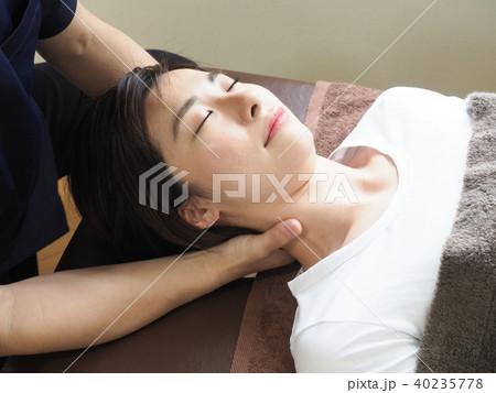 首のマッサージをうける女性 (撮影協力 わぼく) 40235778