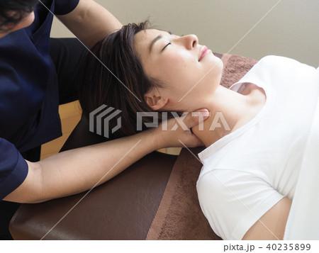 首のマッサージをうける女性 (撮影協力 わぼく) 40235899