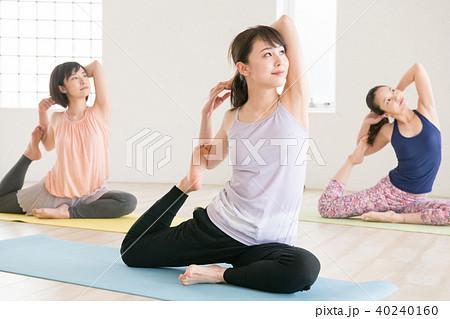ヨガスタジオでヨガレッスンを受ける若い日本人女性 40240160
